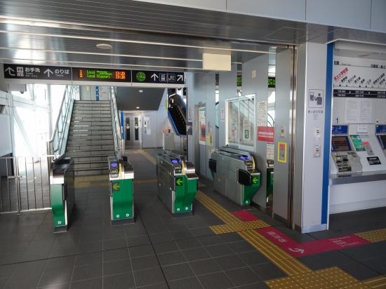 赤土小学校前駅の改札口。改札口は1つでわかりやすい。