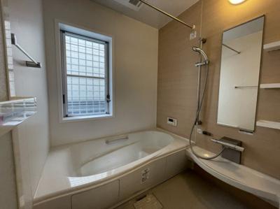 窓付き浴室 浴室に窓がある事で、窓を開けるだけで空気の入れ替えができ、換気が可能なので、電気代の節約にもなります。窓を開けて吸気をしつつ換気扇で排気すれば、効率的な換気が可能でカビ防止にも繋がります。