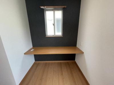 洋室A 窓付きデスクスペース
