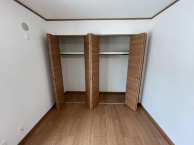 折り戸のクローゼット付き洋室A
