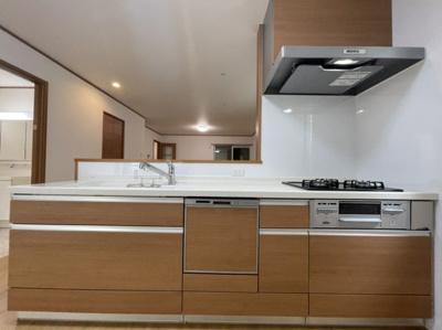 木目の「スマートステップ対面」 パネルで手元を隠しながら作業ができる対面キッチンです。