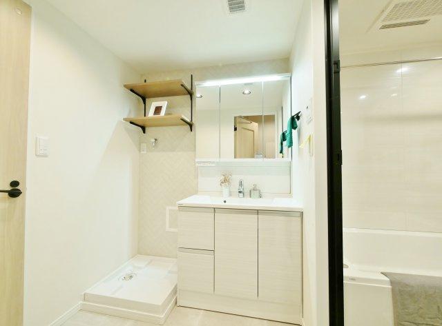 使い勝手のよい三面鏡の洗面台 鏡裏など収納スペースもしっかりあるので水回りもキレイにお使いいただけます 洗面台も新規交換につき快適です