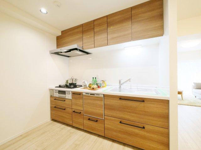木目調が美しいシステムキッチン 食器洗乾燥機が標準装備です キッチンも新規交換につき快適です