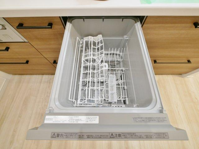 食後の片づけに便利な食器洗乾燥機が従順装備です22帖のゆとりあるLDK 南側バルコニーに面した彩光降り注ぐ心地よいリビングです