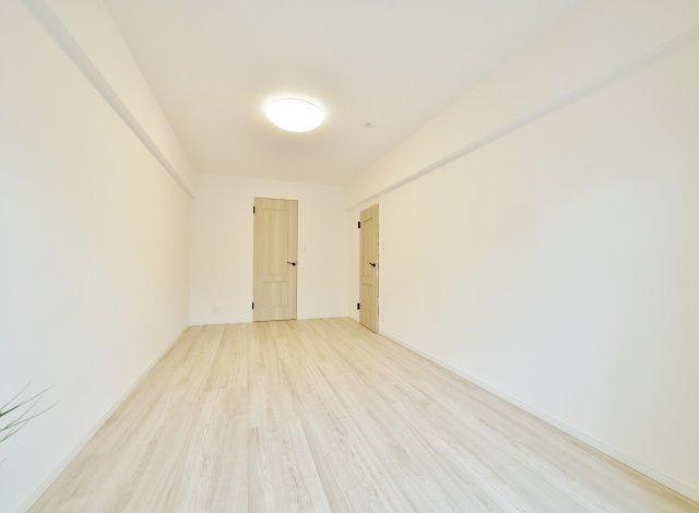 8.9帖の広々とした洋室 南側バルコニーに面した心地よいお部屋です