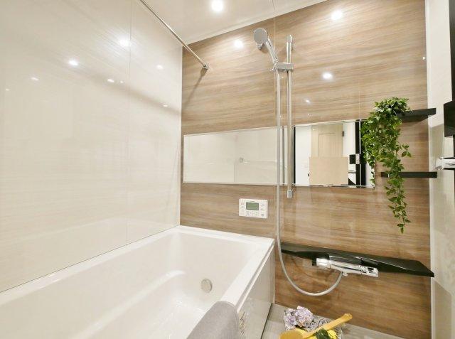 落ち着いた色合いの浴室 浴室換気乾燥機が標準装備です ユニットバスも新規交換につき快適です