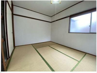 6帖の和室です。写真左側は押入れになります。