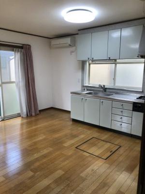 作業台の広いキッチン、窓付きで手元が明るいです!