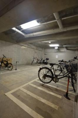 屋内にある駐輪場スペース