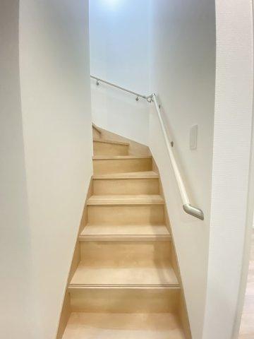 現地写真。2階へ上がる階段です。手摺もついて安全ですね。