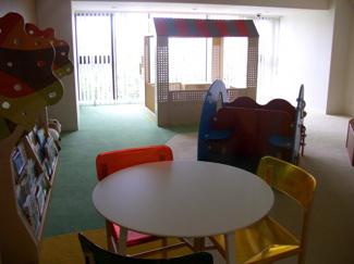 キッズルームがございます。 お子さまの年齢に合わせて空間分けした学びと遊びの空間になっています。