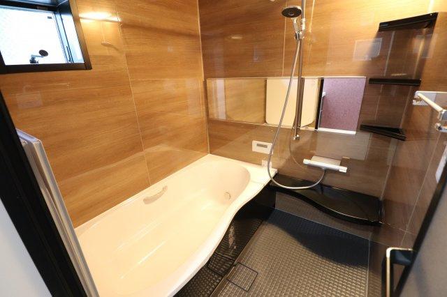 広々1坪タイプの浴槽 前面にアクセントがあります