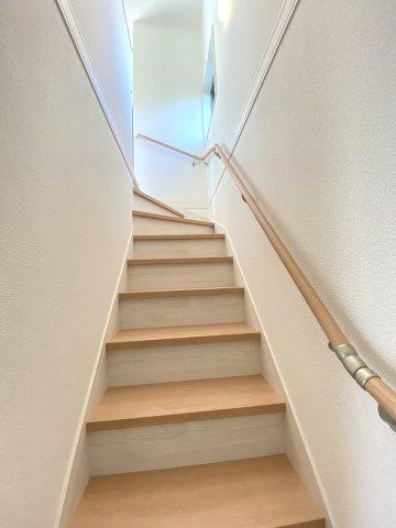 施工例。2階へ上がる階段です。手摺もついて安全ですね。