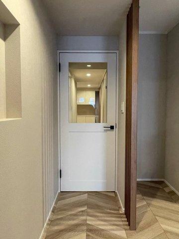 白×ダークの建具はシンプルで、部屋の雰囲気にしっくりと馴染みます