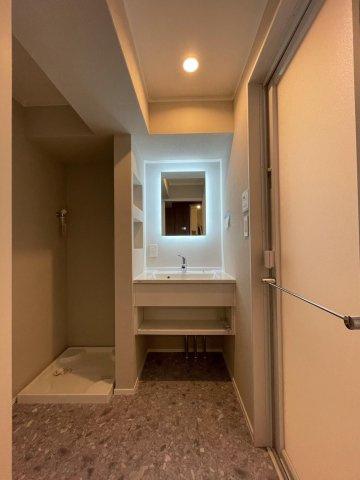 洗面スペース広め。 洗濯機のほかに収納家具も置けそうです