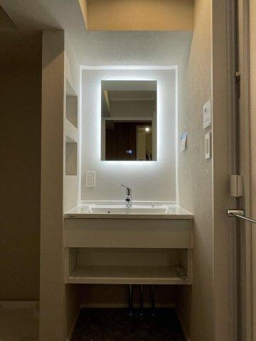 清潔感溢れるスタイリッシュなデザインの洗面化粧台♪ 鏡の周りにライトが付いているタイプなので、お顔をきれいに映し出せます♪