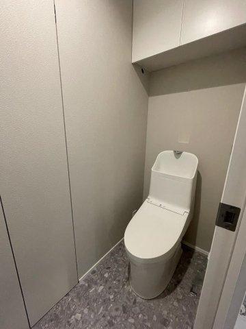 凹凸が少なく、お手入れがしやすい形状のトイレです。上部には収納を設置◎