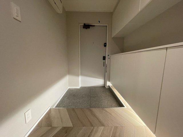 豊かなプライベートタイムへ誘うモダンテイストな玄関。デザインや素材が美しい調和を奏でている空間です。