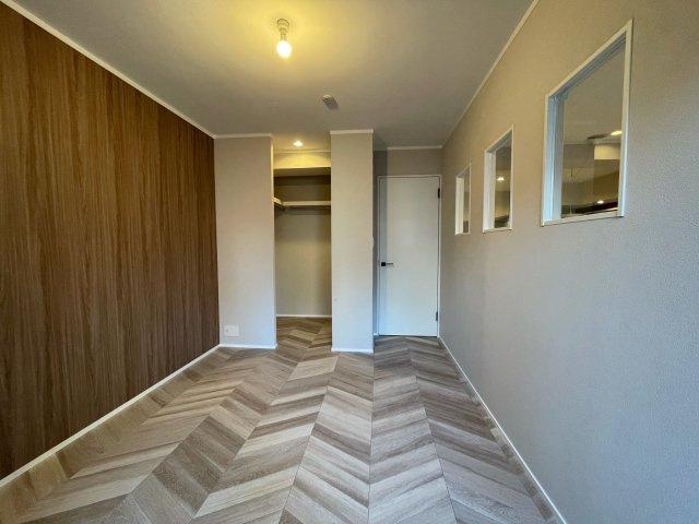 リビング横5.5帖の洋室は明るく採光がとれ、大容量のウォークインクローゼットがあります。実際にお住まいされる多くのご家庭に喜ばれる設計です♪