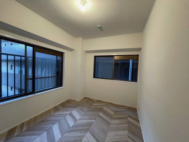玄関側6帖の洋室。2面窓から室内に多く光を取り入れております♪景色も広く見えるので開放感があります。