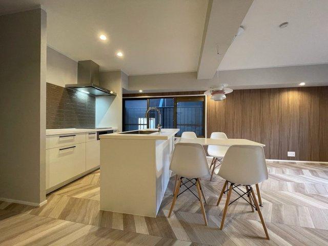 壁に面さないアイランドキッチンは開放感があり、調理しながらご家族との会話も楽しむことが出来ます!リビングとの行き来もしやすく家事時短をサポートします