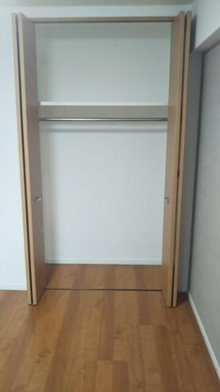 クローゼットは、上部にも棚があるので、カバンやファッション雑貨などもスッキリ収納できますね