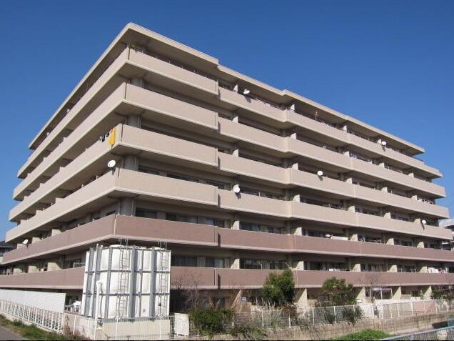 宇美川沿いの静かな環境に建つ、どっしりとした外観のオートロックマンションです。 駐車場空き有りなのも嬉しいポイントです♪