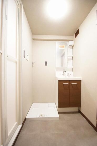 洗面台は新品に交換済みです。 コンパクトな脱衣所なので、洗濯機置き場の上部のスペースを活かして棚を設置するのがおすすめです