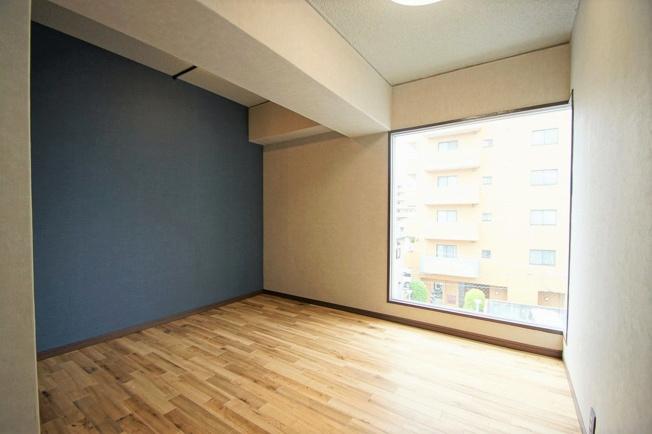 洋室は窓が大きくとられているので明かりがたくさん入ります