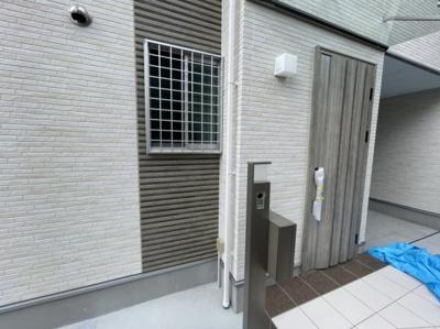 玄関ドアも新築でおしゃれです♪