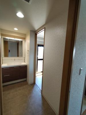 洗面:洗面所は2WAY動線となっており、家事がスムーズに行えます。