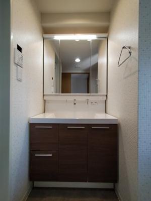 新調し立ての収納付3面鏡洗面化粧台です。