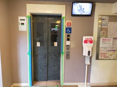 エレベーターには防犯カメラがついていますので、安心できますね♪ コロナ感染対策のアルコール消毒の設置も嬉しいですね♪