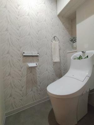 ウォシュレット一体型トイレを新調しています。 オシャレなデザインクロスも素敵ですね♪