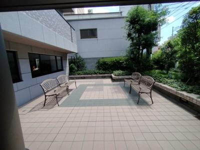 マンション敷地内にはベンチがあり憩の場所にもなりますね♪