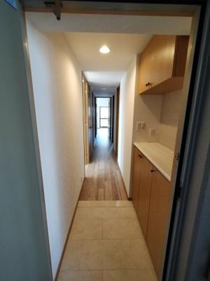 玄関にはシューズボックスが備付です。 リビングの扉から光が漏れ明るい玄関です。