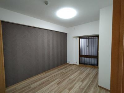 洋室:玄関入って右のお部屋です。 アクセントクロスが素敵なお部屋です♪