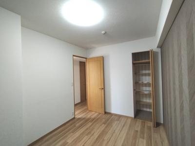 洋室:玄関入って右のお部屋です。 収納には棚がついており便利です。