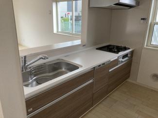 1階:対面式システムキッチン(Takara standard) ビルトイン食器洗洗浄機・ビルトイン浄水栓 上部吊戸棚がないので明るく開放的なキッチンです。