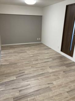 落ち着いた色のアクセントクロスが空間に立体感を出します。家具とも調和しやすい色です。