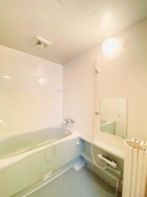 浴室:足を伸ばして浸かって頂ける広さの浴槽です。