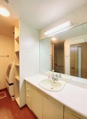 洗面&ランドリースペース:広々とした洗面スペースには、収納があり洗剤やタオル等を収納するのにも便利で使い易いですね。