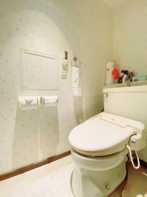 トイレ:白を基調とした清潔感のあるトイレです。