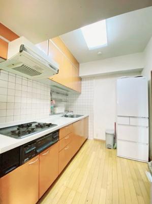 キッチン:キッチンはリビングから見えにくい間取になっていますので、家具にお料理の臭いも付きにくく生活感も隠せますね♪