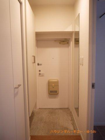 玄関には、人感センサー付きのダウンライトが設置!