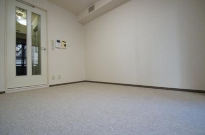 室内はカーペット敷です。