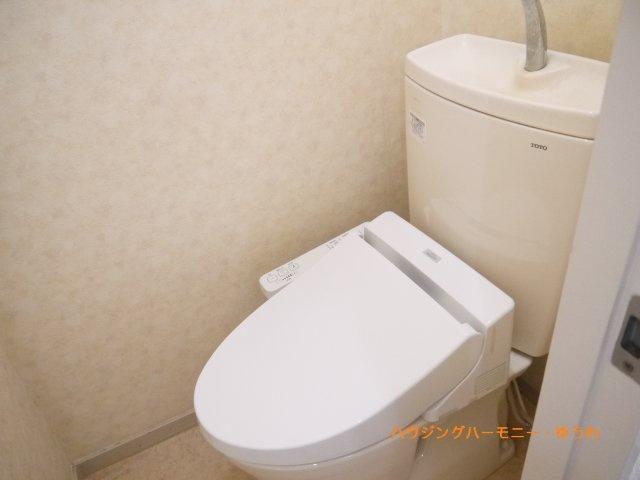 トイレには、便利な手すりが設置されています。