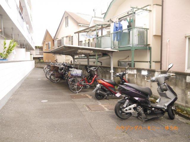 建物内に、便利な屋根付き駐輪場有ります。