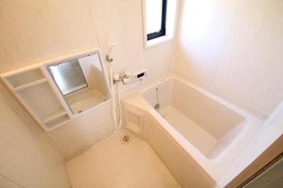 お風呂には換気に便利な窓付き!