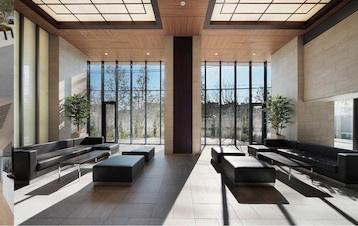 【グランドロビー】天井が高く開放感のあるデザインとなっています。また、ソファーもあり、待ち合わせにも最適です◎